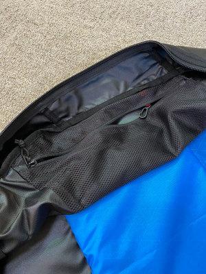 内部左右にキーホルダー付き小物ポケットを装備