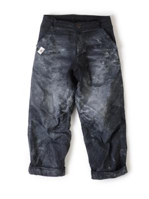 白いチョークにまみれたブラックパンツはボルダリングパンツの王道(スタッフ私物)