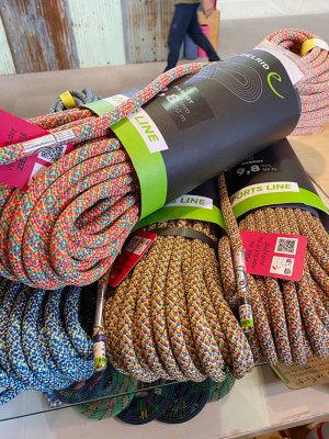 工場で余った残糸を使用して生産されるパロットは入荷毎に色目が異なりますのでご指定は出来ません。