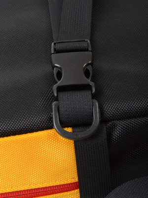 ショルダーストラップには素早く着脱可能なバックル、連結にも便利なリング付き。